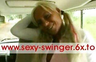 Gadis muda tante sex japan masturbasi dengan latex hitam di tempat parkir besar.