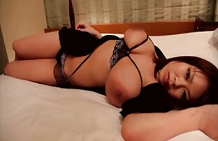 Gadis pornt jepang cantik itu lebih santai dari biasanya di meja pijat.